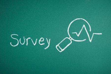 surveyと書かれた黒板