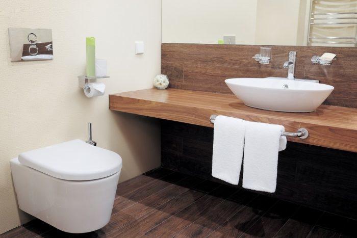 ランダムな模様の壁紙を使ったモダンで落ち着いたトイレ