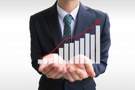 ビジネスマンとグラフ
