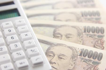 計算機とお金の画像
