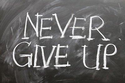 黒板に書かれた「Never Give Up」の文字
