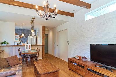 桐の床材を使ったカフェのような家