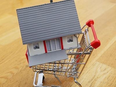 カートに入った家の模型
