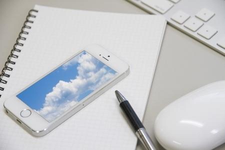 雲が表示されてるスマートフォン