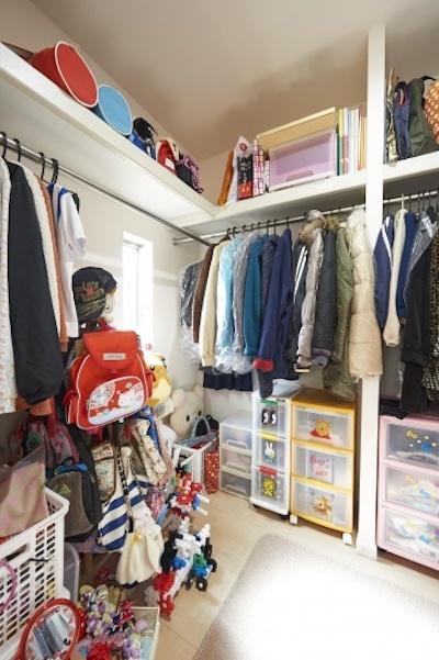 家族の洋服をたっぷり収納できるウォークインクローゼット