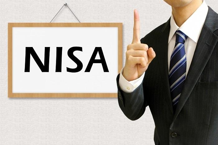 NISAについて説明するビジネスマン