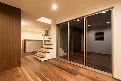 ウォルナットの床材で落ち着いた雰囲気を実現した家