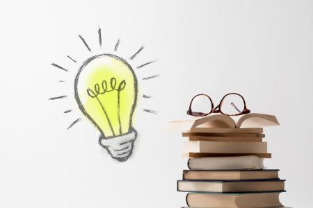 電球と本の画像