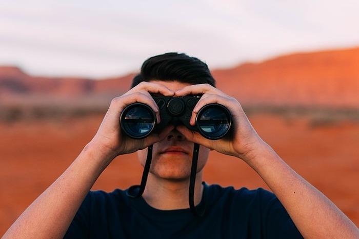 双眼鏡を覗く人