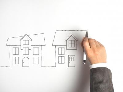 家の絵を描く男性