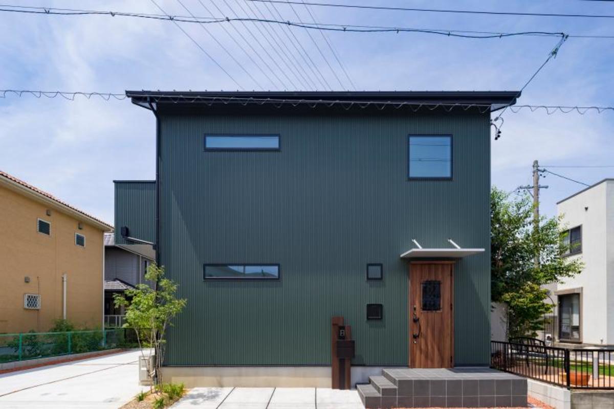 緑のガルバリウムの外壁がおしゃれです。