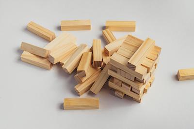 崩れた木のブロック